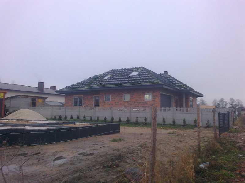 Wciąganie na kopertowy dach  dachówki Bogen Reform C-11 antracyt angoba w okolicy Ostrowa Wielkopolskiego