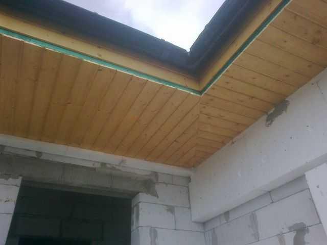 Montaż podbitki dachowej z boazerii w okolicy Ostrowa Wielkopolskiego, Kalisza