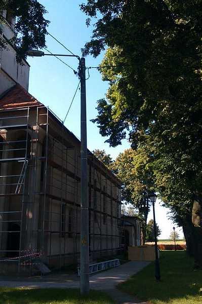 Przygotowania do rozbiórki dachówki na Kościele