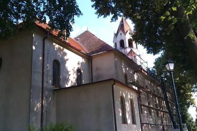 Stara dachówka przed remontem dachu Kościoła