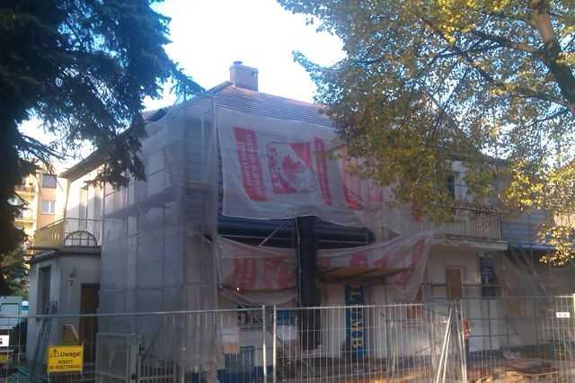 Ułożone rusztowanie i ogrodzenie budowy