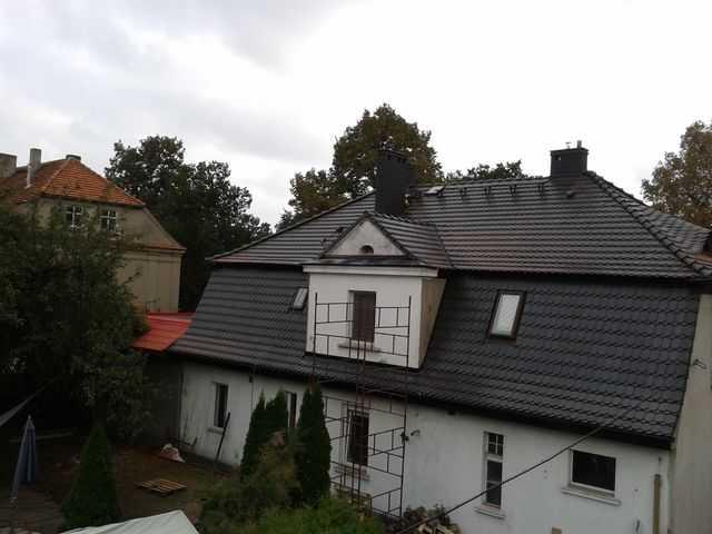 Stopnie kominiarskie na dachu z karpiówki Koramic