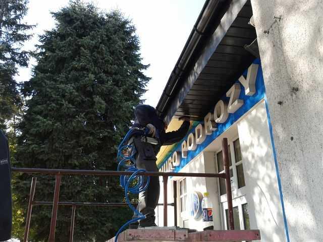 Montaż podbitki dachowej z boazerii + struktonit