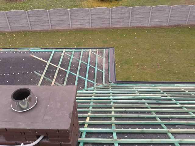 Motaż łat na dachu i montaż rynien w okolicy Kalisza
