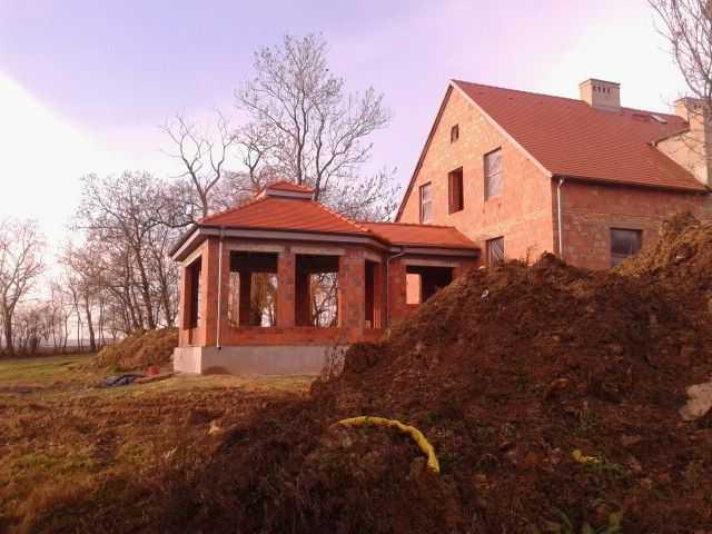 dach w karpiówce złobkowanej Koramic w Pleszewie wraz z rynnami Plannja