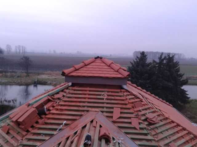 Ukłądanie dachówki Karpiówki Koramic w Pleszewie. Widok na kopułkę