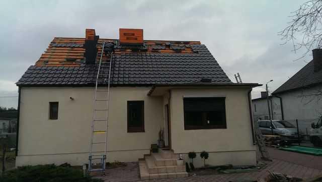 Wciąganie dachówki za pomocą widny dekarskiej